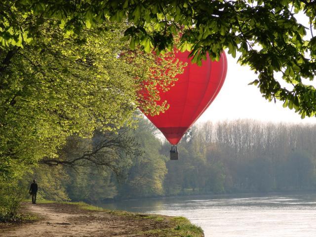 Montgolfière survolant le Cher