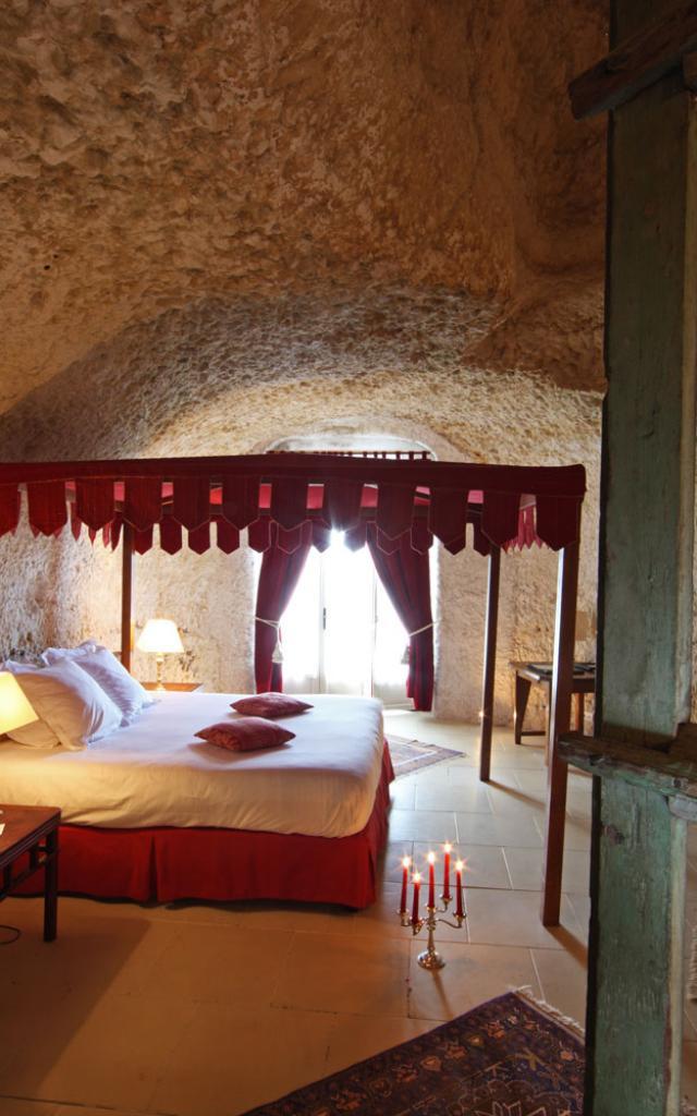 chateau-de-chissay-chambre-troglo-hotel-haut-de-gamme.jpg